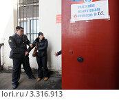Задержание женщины на избирательном участке во время голосования на выборах Президента Российской Федерации (2012 год). Редакционное фото, фотограф Елена Игнатьева / Фотобанк Лори