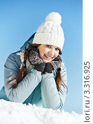 Купить «Счастливая улыбающаяся девушка в зимней одежде», фото № 3316925, снято 25 мая 2019 г. (c) Дмитрий Калиновский / Фотобанк Лори