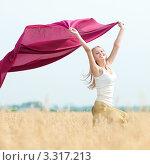 Купить «Счастливая девушка с бордовым платком бежит в поле пшеницы», фото № 3317213, снято 16 августа 2011 г. (c) Александр Маркин / Фотобанк Лори