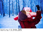 Купить «Мама с ребенком в зимнем парке», фото № 3318285, снято 18 января 2012 г. (c) Майя Крученкова / Фотобанк Лори