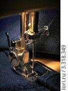 Шитье на швейной машине. Стоковое фото, фотограф Олег Жуков / Фотобанк Лори