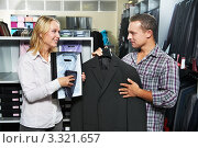 Молодая пара в магазине одежды выбирает костюм, фото № 3321657, снято 25 августа 2011 г. (c) Дмитрий Калиновский / Фотобанк Лори