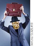 Купить «Бизнесмен, скрывающий лицо за золотой маской, замахивается портфелем», фото № 3325413, снято 20 декабря 2011 г. (c) Elnur / Фотобанк Лори