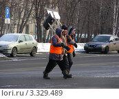 Купить «Дворники с лопатами переходят дорогу . Уссурийская улица. Гольяново. Москва», эксклюзивное фото № 3329489, снято 6 марта 2012 г. (c) lana1501 / Фотобанк Лори