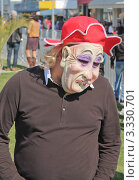 Мужчина в маске и шляпе на карнавале в Лимасоле, Кипр (2011 год). Редакционное фото, фотограф Павел Михеев / Фотобанк Лори