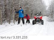 Старший брат дает уроки катания на лыжах (2012 год). Редакционное фото, фотограф Михаил Рыбачек / Фотобанк Лори