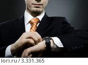Бизнесмен смотрит на часы. Стоковое фото, фотограф Алексей Многосмыслов / Фотобанк Лори