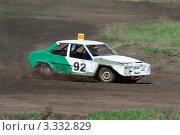 Купить «Гонки на выживание. Бело-зеленый автомобиль мчится по трассе.», фото № 3332829, снято 24 апреля 2010 г. (c) Сергей Сухоруков / Фотобанк Лори