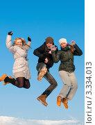 Купить «Парень и две девушки прыгают вверх   на фоне голубого неба», эксклюзивное фото № 3334013, снято 9 марта 2012 г. (c) Игорь Низов / Фотобанк Лори