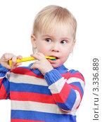Купить «Ребенок в полосатом джемпере чистит зубы», фото № 3336889, снято 11 декабря 2010 г. (c) Дмитрий Наумов / Фотобанк Лори