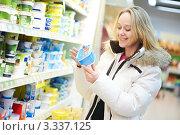 Купить «Молодая женщина выбирает продукты в супермаркете», фото № 3337125, снято 4 января 2012 г. (c) Дмитрий Калиновский / Фотобанк Лори