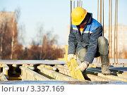 Купить «Строитель на монтаже опалубка для заливки бетона», фото № 3337169, снято 16 ноября 2011 г. (c) Дмитрий Калиновский / Фотобанк Лори