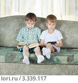 Купить «Два мальчика читают книги на диване», фото № 3339117, снято 9 марта 2012 г. (c) Андрей Щекалев (AndreyPS) / Фотобанк Лори