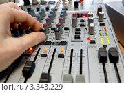 Аудио микшер и рука крупным планом. Стоковое фото, фотограф Дмитрий Кузьмин / Фотобанк Лори
