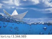 Плывет бумажный кораблик, пузыри, синие небо и вода. Стоковое фото, фотограф Симон Герреро Ушаков / Фотобанк Лори
