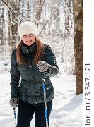 Молодая  девушка лыжница едет на лыжах по зимнему лесу. Стоковое фото, фотограф Игорь Низов / Фотобанк Лори