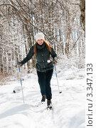 Красивая девушка едет на лыжах по лесу (2012 год). Редакционное фото, фотограф Игорь Низов / Фотобанк Лори