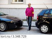 Купить «Незрячий мужчина переходит дорогу», фото № 3348729, снято 19 апреля 2018 г. (c) Erwin Wodicka / Фотобанк Лори