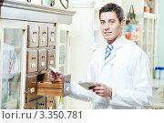 Купить «Молодой мужчина-провизор в аптеке», фото № 3350781, снято 19 июля 2018 г. (c) Дмитрий Калиновский / Фотобанк Лори