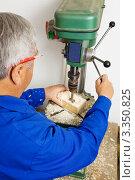 Купить «Пожилой плотник за работой», фото № 3350825, снято 15 октября 2019 г. (c) Erwin Wodicka / Фотобанк Лори