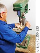 Купить «Пожилой мужчина-плотник за работой», фото № 3350833, снято 15 октября 2019 г. (c) Erwin Wodicka / Фотобанк Лори