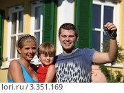 Купить «Молодая семья на фоне нового дома», фото № 3351169, снято 27 мая 2019 г. (c) Erwin Wodicka / Фотобанк Лори