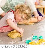 Купить «Маленькая девочка помогает готовить печенья», фото № 3353625, снято 28 января 2012 г. (c) CandyBox Images / Фотобанк Лори