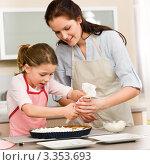Мать и дочь готовят пирог на кухне. Стоковое фото, фотограф CandyBox Images / Фотобанк Лори