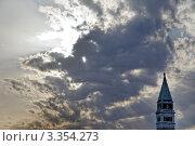 Кампанила собора Святого Марка на фоне облаков. Стоковое фото, фотограф Erwin Wodicka / Фотобанк Лори