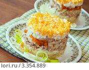 Купить «Салат мимоза из консервированной горбуши», фото № 3354889, снято 16 марта 2012 г. (c) Макарова Елена / Фотобанк Лори