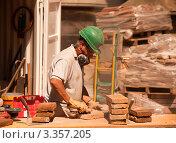 Каменщик за работой (2011 год). Редакционное фото, фотограф Светлана Сарапкина / Фотобанк Лори