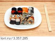 Тарелка с японскими роллами и палочки для еды. Стоковое фото, фотограф Михаил Коханчиков / Фотобанк Лори