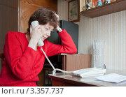 Купить «Женщина разговаривает по телефону», фото № 3357737, снято 18 марта 2012 г. (c) Бурмистрова Ирина / Фотобанк Лори