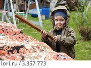 Купить «Ребенок (4 года) выбивает ковер», эксклюзивное фото № 3357773, снято 2 мая 2011 г. (c) Охотникова Екатерина *Фототуристы* / Фотобанк Лори