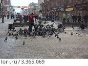 Мужчина кормит голубей (2012 год). Редакционное фото, фотограф Роман Завьялов / Фотобанк Лори
