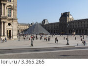 Пирамида Лувра (2012 год). Редакционное фото, фотограф Наталия Сидельцева / Фотобанк Лори