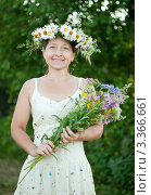Купить «Женщина с венком на голове и букетом полевых цветов», фото № 3366661, снято 3 июля 2011 г. (c) Яков Филимонов / Фотобанк Лори