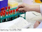 Купить «Биохимическая лаборатория. Отделение плазмы от крови для анализа», фото № 3370793, снято 9 февраля 2012 г. (c) Ольга Денисова / Фотобанк Лори