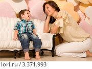 Мама сидит рядом с сыном. Стоковое фото, фотограф Сергей Высоцкий / Фотобанк Лори