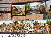Картины с видами старого города. Уличный вернисаж в Тбилиси (2011 год). Редакционное фото, фотограф Наталья Громова / Фотобанк Лори