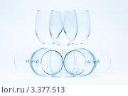 Пустые стеклянные бокалы для вина в симметричной композиции. Стоковое фото, фотограф Михайлов Виталий / Фотобанк Лори