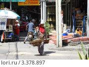 Продавец фруктов. Бангкок. Таиланд (2011 год). Редакционное фото, фотограф Рачия Арушанов / Фотобанк Лори