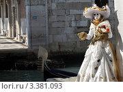 Купить «Венецианский карнавал, женщина в костюме у канала», фото № 3381093, снято 12 февраля 2012 г. (c) Татьяна Лата / Фотобанк Лори