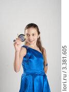 Девочка в голубом платье смотрит в зеркальце, серый фон, фото № 3381605, снято 25 марта 2012 г. (c) Армен Богуш / Фотобанк Лори