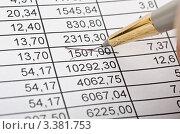 Купить «Авторучка вычёркивает цифру в таблице», фото № 3381753, снято 18 февраля 2020 г. (c) Сергей Дашкевич / Фотобанк Лори