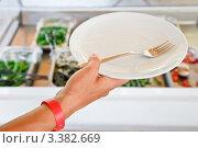 Купить «Рука с тарелкой на фоне шведского стола», фото № 3382669, снято 26 августа 2011 г. (c) Дмитрий Наумов / Фотобанк Лори