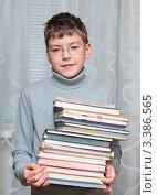 Купить «Мальчик подросток стоит со стопкой учебников», эксклюзивное фото № 3386565, снято 23 марта 2012 г. (c) Игорь Низов / Фотобанк Лори