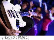 Купить «Белая бас-гитара в руках музыканта в ночном клубе», фото № 3390085, снято 26 января 2012 г. (c) Sergey Nivens / Фотобанк Лори