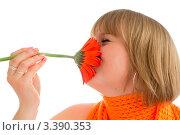 Девушка вдыхает аромат цветка, прижав его к лицу. Стоковое фото, фотограф Алла Ушакова / Фотобанк Лори