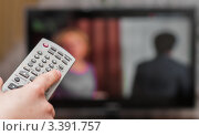 Купить «Пульт дистанционного управления в руке на фоне телевизора», эксклюзивное фото № 3391757, снято 23 марта 2012 г. (c) Игорь Низов / Фотобанк Лори